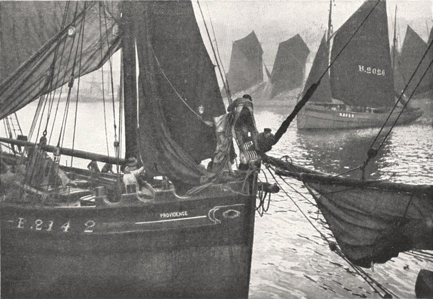 Associate Product PAS- DE- CALAIS. Bateaux de Pêche, dans le port de Boulogne- sur- Mer 1900