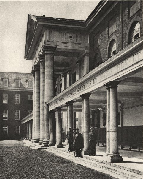LONDON. Pensioners in the great Quadrangle of Chelsea Royal hospital 1926