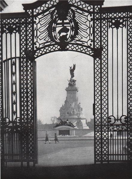 Associate Product Queen Victoria Memorial, Buckingham Palace. E.O. HOPPÉ. London 1930 old print